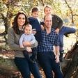 Božična čestitka: Kate Middleton še nikoli tako sproščeno oblečena, prince Louis vsak dan večji lepotec