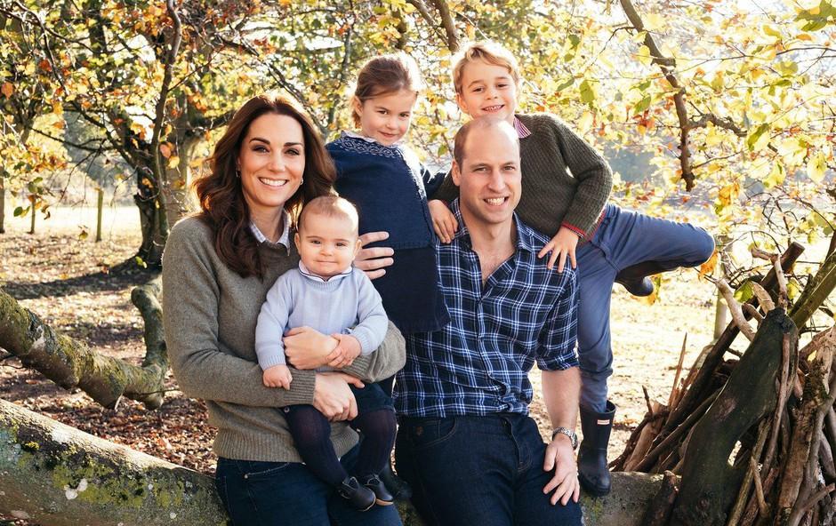 Božična čestitka: Kate Middleton še nikoli tako sproščeno oblečena, prince Louis vsak dan večji lepotec (foto: Profimedia)