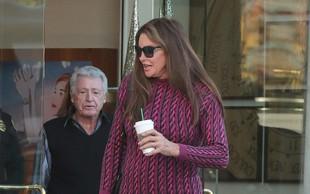 Caitlyn Jenner tudi pri 69-ih letih pogumno obleče mini krilo!
