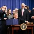 Trump podpis kmetijskega zakona napovedal s tvitom samega sebe v kmečki preobleki