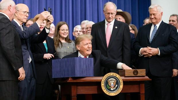 Trump podpis kmetijskega zakona napovedal s tvitom samega sebe v kmečki preobleki (foto: profimedia)