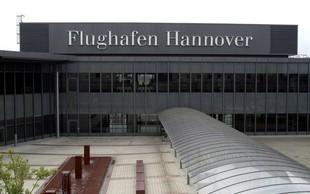 Na letališču v Hannovru moški z avtom prebil ograjo in zapeljal na pristajalno stezo!