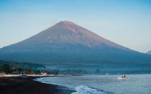 Na indonezijskem Baliju izbruhnil vulkan
