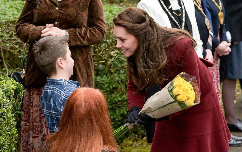Vojvodinja Kate v vlogi prostovoljke je z otroki pekla pico (foto: Profimedia)