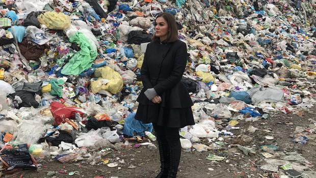 Rebeka je bila opažena na smetišču, kjer je v video obliki podala svojo novoletno zaobljubo, da bo tudi sama zmanjšala rabo plastike za enkratno uporabo. (foto: Cut Production)