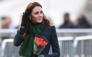Kate Middleton sama prišla na mamin rojstni dan