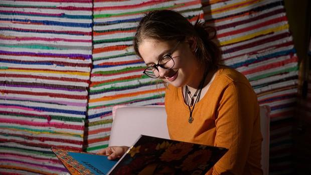 Že v osnovni šoli izdala dva romana, pesniško zbirko in napisala scenarij za muzikal (foto: Žan Žnidar)