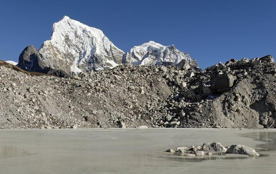 Zaradi podnebnih sprememb se lahko stalijo ledeniki v Himalaji (foto: profimedia)