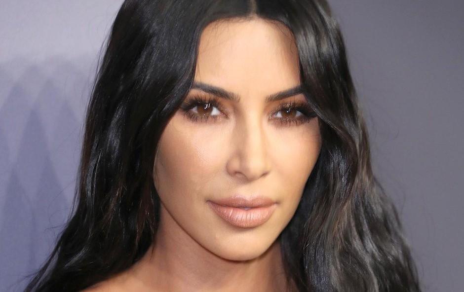 """Na otvoritvi gala prireditve je Kim Kardashian """"ponagajala"""" izzivalna obleka (foto: Profimedia)"""