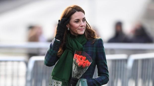 ◄Elegantna Kate je vedno v trendu. Tudi v plašču je videti, da je res vitka. (foto: PROFIMEDIA)