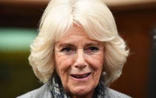 Vojvodinja Camilla tudi med rokovanjem ne sleče svojih usnjenih rokavic