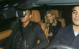 Reese Witherspoon pregloboko pogledala v kozarec in padla po stopnicah