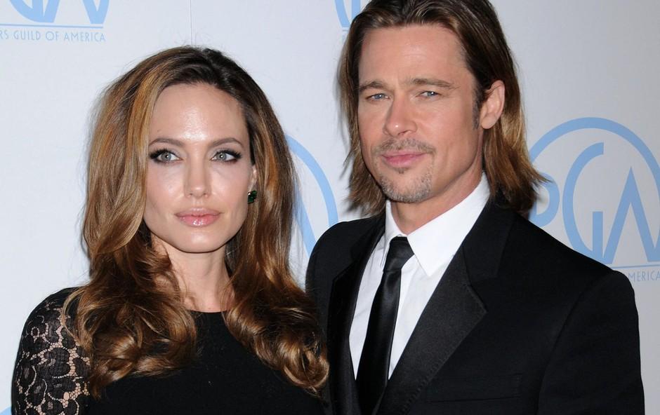 Brad Pitt in Angelina Jolie Brad Pitt (55 let) in Angelina Jolie (43 let) sta že preteklost in verjetno si nikoli več ne bosta podarjala daril, še najmanj za valentinovo. Ko sta še bila zaljubljena, pa je ona svojemu takratnemu soprogu kupila oljko, staro kar 200 let. Zanjo je odštela kar 12 tisoč funtov. Kupila pa mu je tudi otok za devet milijonov dolarjev. (foto: PROFIMEDIA PROFIMEDIA, UPPA ENTERTAINMENT)