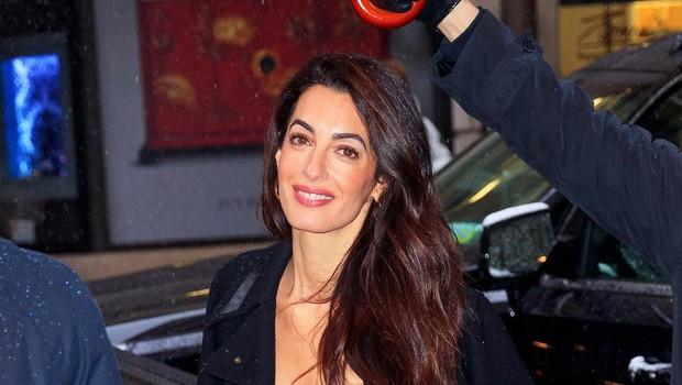 Amal Clooney je bila osupljivo lepa na zabavi Meghan Markle (foto: Profimedia)