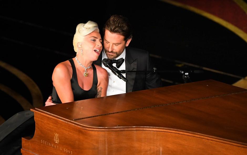 Poteza Irine Shayk ob nastopu Lady Gage in Bradleyja Cooperja vas bo presenetila (foto: Profimedia)