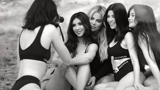 Kardashianke v izzivalnih oblačilih povzročile vrenje na družbenih omrežjih! (foto: Profimedia)
