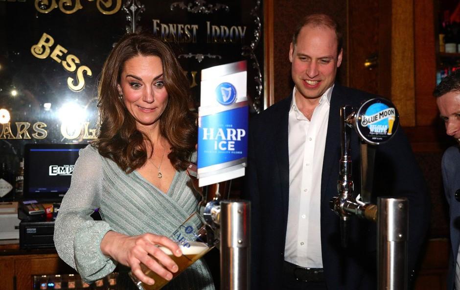 Kate Middleton odšla v bar in si sama natočila pivo (foto: Profimedia)