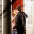 Bradley Cooper spet v objemu druge ženske