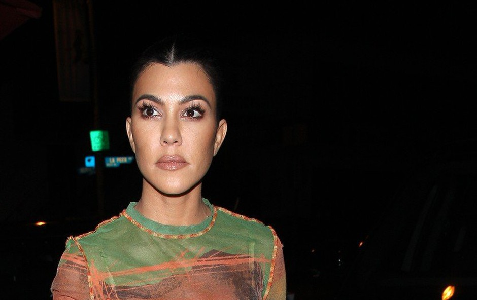 Vse za posel: Kourtney Kardashian v oglasne namene v Evinem kostumu! (foto: Profimedia)