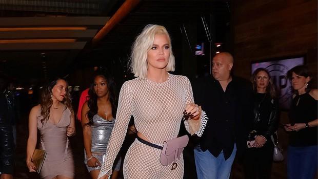 Khloe Kardashian je v mrežastem kombinezonu pokazala (skoraj) vse! (foto: Profimedia)