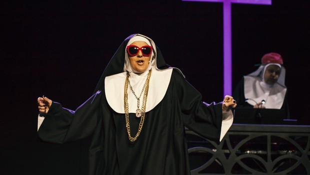 Priljubljena pevka Alenka ne skriva, da ob petju nadvse uživa tudi v najrazličnejših igralskih glasbenih vlogah. (foto: Urška Boljkovac Za Prospot)