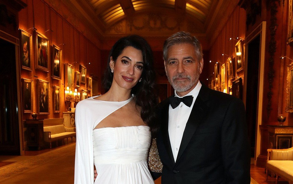 Amal Clooney blestela v 12 let stari beli obleki (foto: Profimedia)