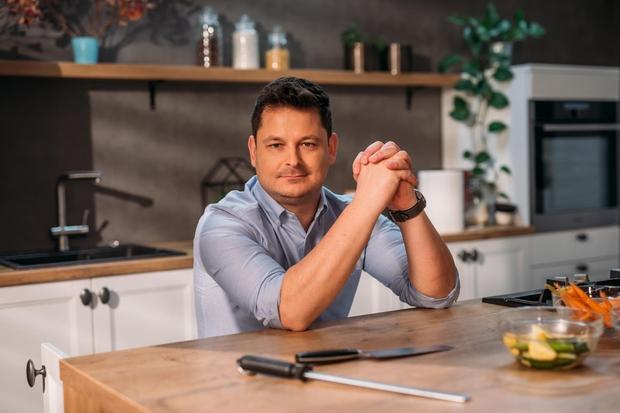 SODNIK LUKA JEZERŠEK Za Luko lahko rečemo, da se je rodil s kuharskim zapisom v genih. S šestčlansko družino so dolgo živeli nad kuhinjo, ki jo je čez noč v domači garaži postavil njegov oče. V iskanju in proučevanju novih okusov so znali prisluhniti še tako zahtevnemu gostu, kar je tudi eden izmed glavnih razlogov za uspeh najbolj prepoznavne slovenske gostinske družine. Že od malih nog se je zavedal, da je gostinstvo lep, a zahteven poklic, ki mu moraš biti predan z vsem srcem in dušo. (foto: POP TV)