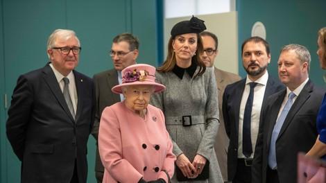 Poglejte si, kako sta si Kate Middleton in kraljica Elizabeta v avtu delili dekico