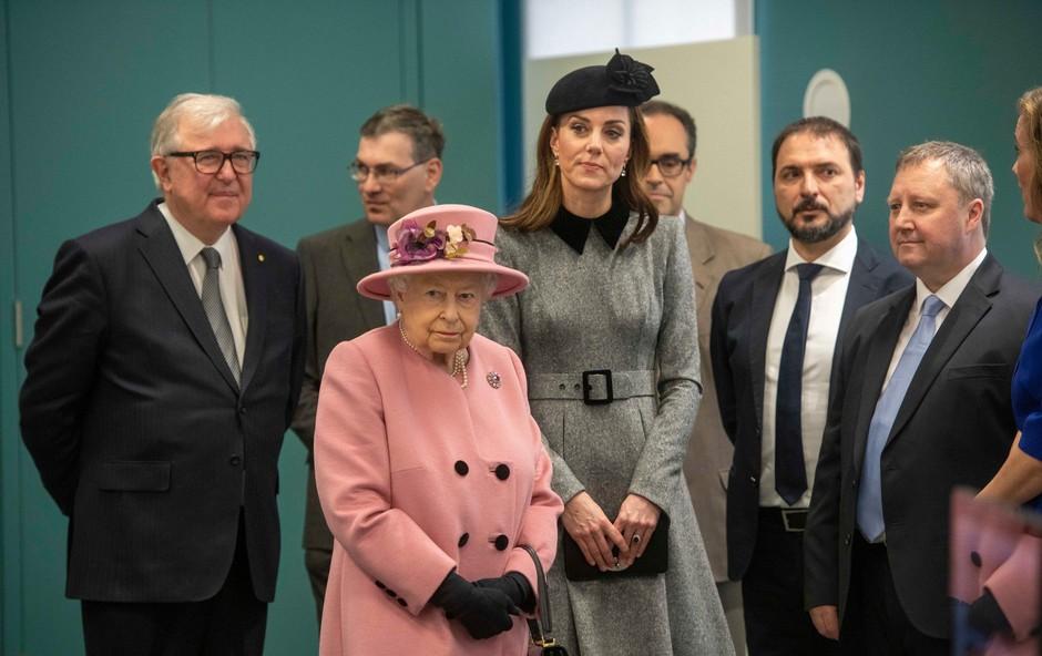Poglejte si, kako sta si Kate Middleton in kraljica Elizabeta v avtu delili dekico (foto: Profimedia)