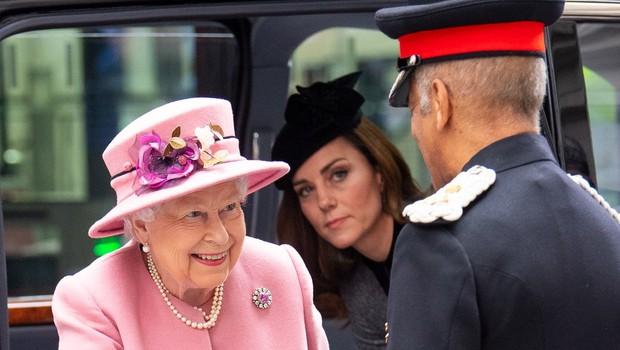 Kraljica Elizabeta ima drugačen odnos do Kate, kot ga ima do Meghan (foto: Profimedia)
