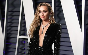 Miley Cyrus gola v družbi svojega štirinožca