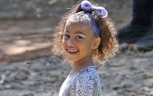 Hčerkica Kim in Kanya res ima domišljijo: Lutki svojih staršev je dala v karanteno!