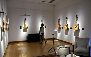 Dragocene kitare Davida Gilmourja pred dražbo na ogled v Londonu