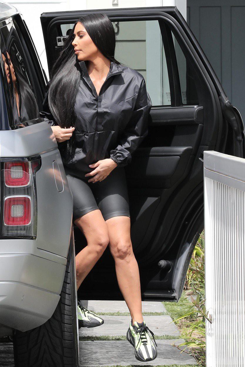 Zdaj je razkrito, kakšne so v resnici noge Kim Kardashian (foto: Profimedia)