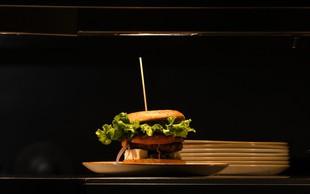 V čast novemu japonskemu cesarju na Japonskem na voljo superhamburger za 800 evrov!