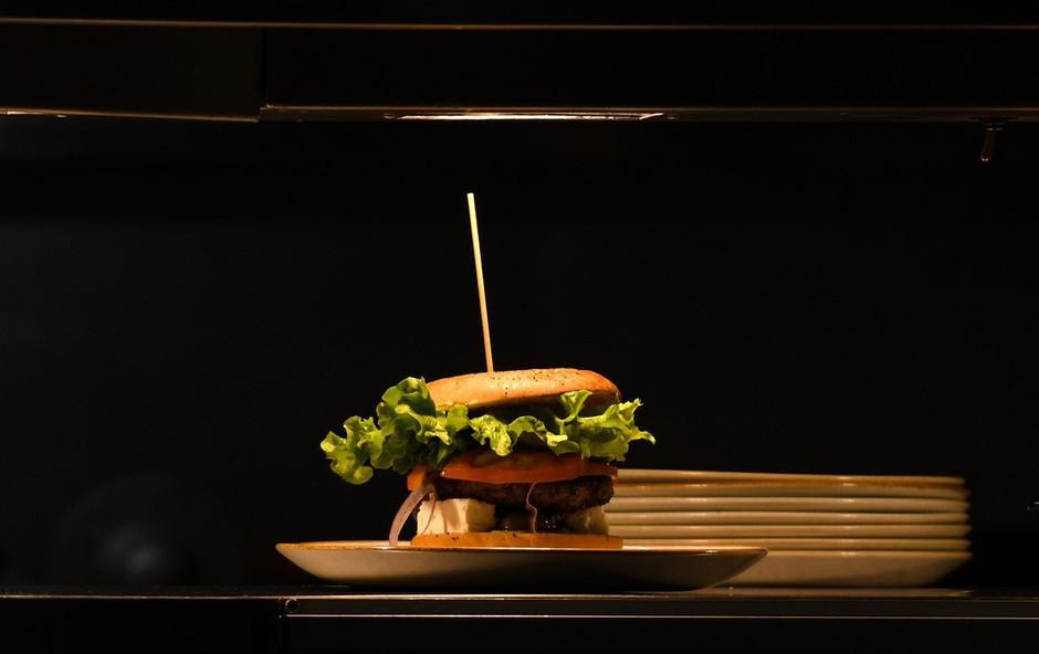 V čast novemu japonskemu cesarju na Japonskem na voljo superhamburger za 800 evrov! (foto: Profimedia)