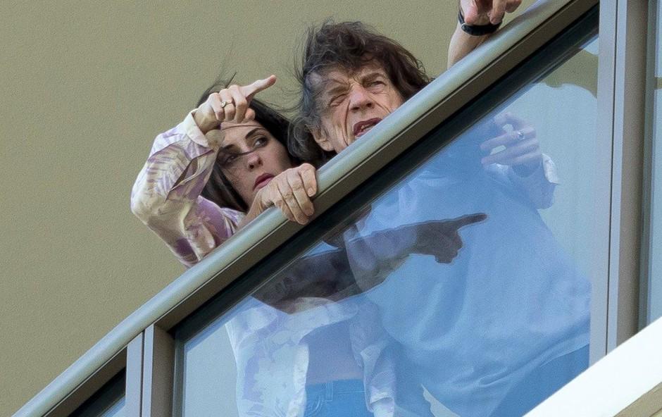 Mick Jagger dobro okreva v družbi 43 let mlajše žene (foto: Profimedia)
