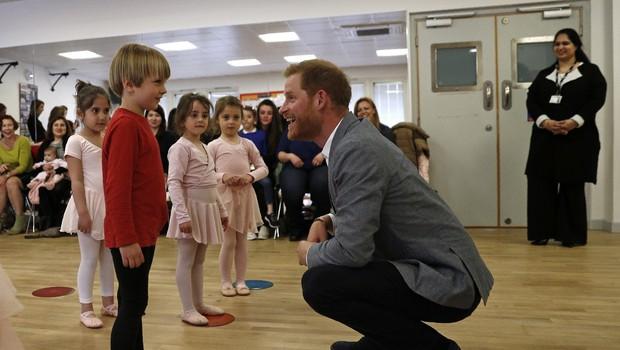 Princ Harry se je zabaval v družbi malih balerin (foto: Profimedia)