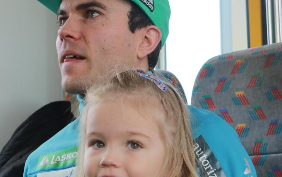 Jernej tudi med sezono izkoristi vse trenutke, ki jih lahko preživi s hčerkico, tako je bilo tudi letos, ko se mu je pridružila na vlaku za Planico. (foto: Goran Antley)