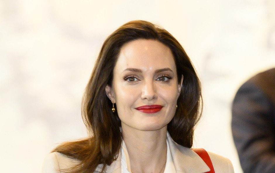 """Angelina Jolie (43 let) je razkrila, da ji je bilo največ do seksa takrat, ko je bila noseča. """"Za seksualno življenje je bilo to enkratno, saj se počutiš bolj kreativnega in se bolj zabavaš. Sem pa še vedno poredno dekle, to je del mene,"""" odkrito govori Angelina. (foto: Profimedia Profimedia, Splash - Aktivní)"""