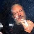 Povsem resni pozivi vladi, naj Slovenija ponudi azil Assangeu!