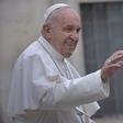 Papež brezdomcem v Rimu podaril velikansko čokoladno jajce