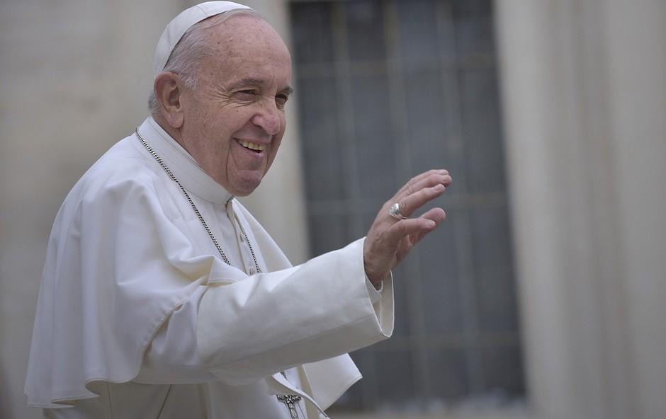 Papež brezdomcem v Rimu podaril velikansko čokoladno jajce (foto: profimedia)
