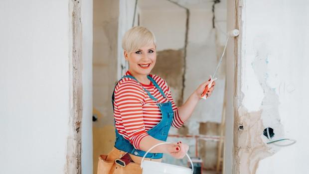 Ana skozi oddaje  dokazuje, da  gradbena dela  in prenove niso le  moška stvar,  ampak se tudi  ženske pri tem  dobro  znajdejo. (foto: Pop Tv)