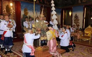 Kronanje: Med obredom si je tajski kralj nadel 7,3 kg težko krono