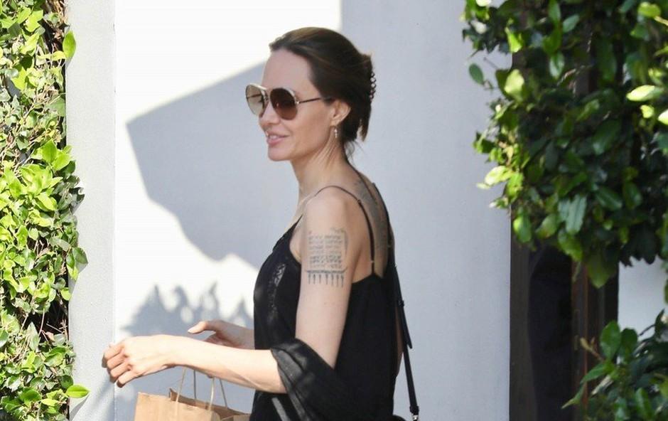 Angelina Jolie: Večno elegantna v črnem (foto: Profimedia)
