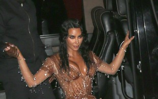 Kim Kardashian si zaradi bolezni šminka celo telo!