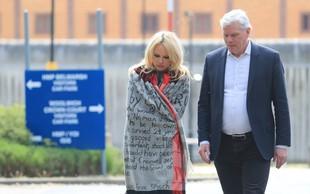 Pamela Anderson v zaporu obiskala Juliana Assangea
