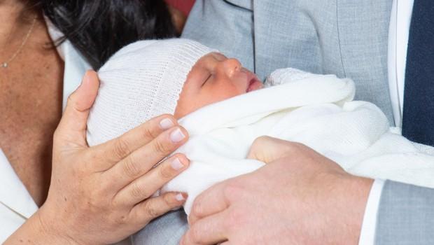 Meghan in princ Harry sta svojega dojenčka pokazala kraljici Elizabeti (foto: Profimedia)