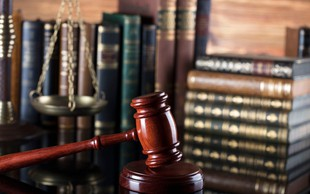 Za obtožena skupaj slabih 7 let zapora, če bo sodba pravnomočna, bosta morala vrniti še zaslužek